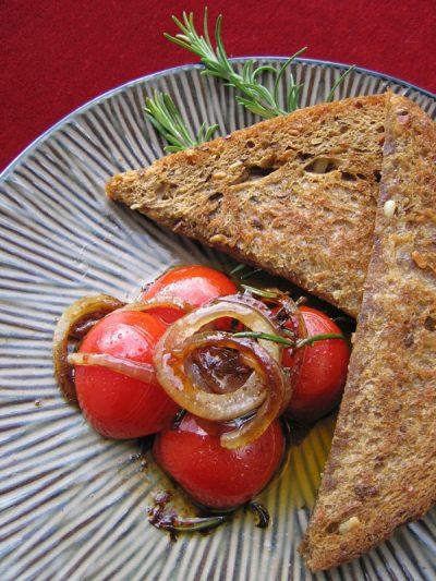 Geschmelzte Rosmarin-Tomaten