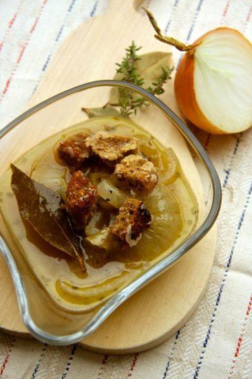 Zwiebelsuppe mit Parmesancroûtons