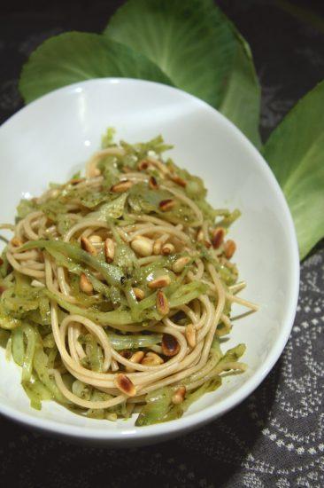Dinkelspaghetti mit Weißkohl und Pesto