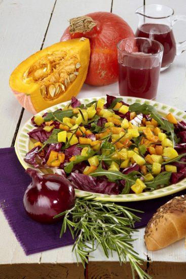 Herbstsalat mit Kartoffel-Kürbiscroutons