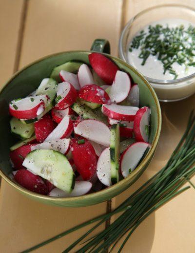 Gurken-Radieschensalat mit Schnittlauchsahne