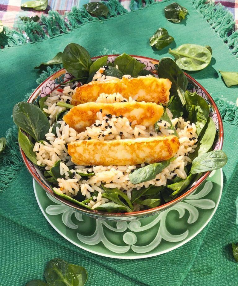 Spinatbowl mit Reis und Halloumi